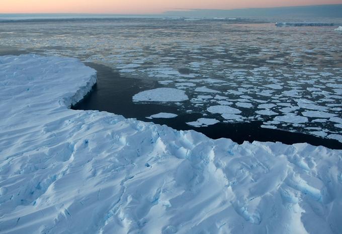 <b>La fonte des glaces. </b> Au pôle Nord, la banquise a perdu 25% de sa surface en 30 ans. Pour la première fois, la glace a même tellement fondu qu'un passage s'est formé entre la Russie et les États-Unis durant l'été 2008. Une fois que la glace disparait, l'eau absorbe davantage les rayons du soleil. Ainsi, plus la banquise se réduit, plus l'océan Arctique se réchauffe rapidement, accélérant ainsi la fonte du reste des glaces. <br/>Dans l'Antarctique, ou encore au Groenland, la <b>fonte de la calotte glaciaire</b>, glace qui recouvre la terre composée d'eau douce, contribue à l'élévation du niveau des océans. Si l'ensemble de la glace qui recouvre l'île du Groenland venait à fondre, cela représenterait l'équivalent de 7 mètres d'élévation du niveau des eaux à la surface du globe, selon Gordon Hamilton, glaciologue et professeur à l'Institut du changement climatique (ICC).