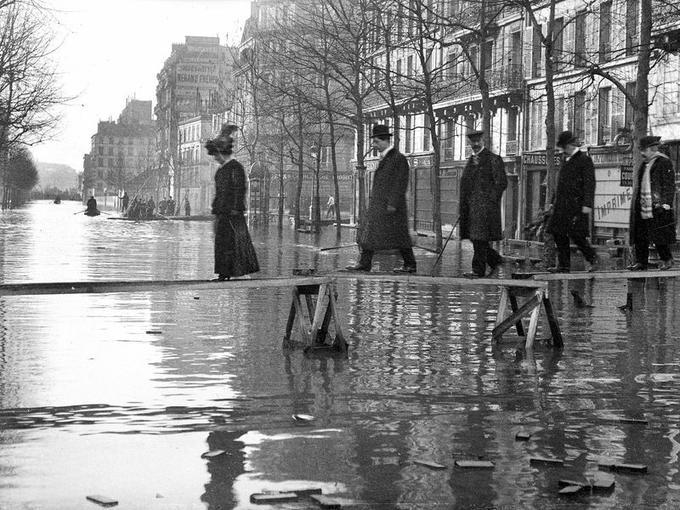 Crue de la Seine. Paris, avenue Ledru-Rollin, janvier 1910.