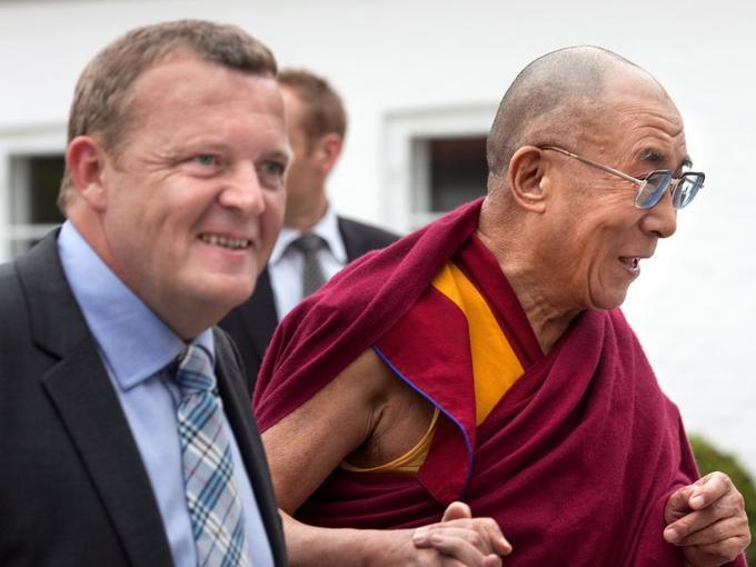 <b>Mai 2009 : le premier ministre danois, Lars Loekke Rasmussen</b><br/>Durant son séjour à Copenhague, le dalaï-lama rencontre le premier ministre danois Lars Loekke Rasmussen à la résidence Marienbourg, tout comme son prédécesseur l'avait fait en 2003. L'entretien, qualifié de «non politique» par les deux hommes, est vivement dénoncé par Pékin. Le dalaï-lama se déclare «très honoré» par cette rencontre et par l'accueil de près de douze mille fidèles à ses conférences et séminaires.