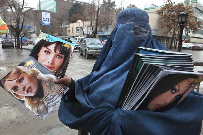 Cette Afghane qui vend des magazines féminins dans les rues de Kaboul n'a probablement pas choisi de travailler sous une burqa ; car, même si les talibans ne gouvernent pas son pays, sa vie serait en danger si elle ne se pliait pas à leurs lois non officielles, que leurs militants font respecter par la force, au mépris du droit. Quant au respect de nos lois à nous, qui interdisent d'utiliser sans son accord d'anciennes photos de l'épouse de Nicolas Sarkozy, prises à l'époque où elle était mannequin, visiblement les éditeurs afghans s'en moquent aussi. Ainsi va la vie en Afghanistan, un pays où le mot liberté n'est décidément pas du genre féminin.