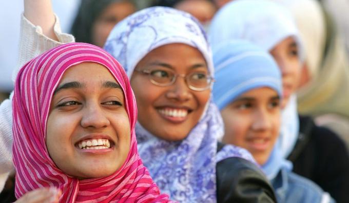 Le hijab. C'est le voile islamique classique, le plus répandu en France, où il est souvent assimilé au «foulard». Il couvre la tête et le cou, parfois même les épaules, mais laisse voir le visage de celle qui le porte. Il est souvent complété par une tunique ou un imperméable. Il s'est généralisé dans le monde musulman. Il est formé sur la racine arabe «hajaba», qui signifie cacher, dérober aux regards, mettre une distance.