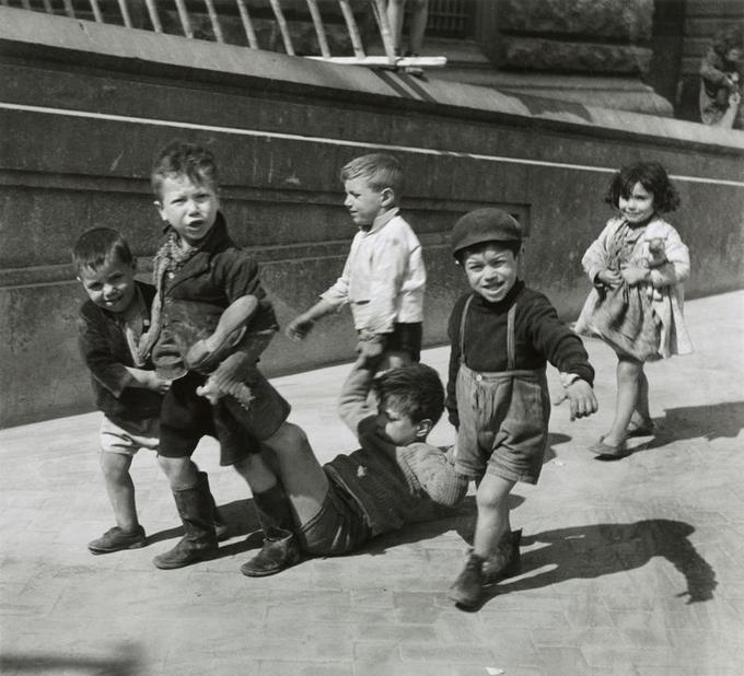 Willy Ronis, Petits napolitains, 1938Tirage argentique30 x 40 cmSuccession Willy Ronis, Ministère de la culture et de la communication& Stéphane Kovalsky.