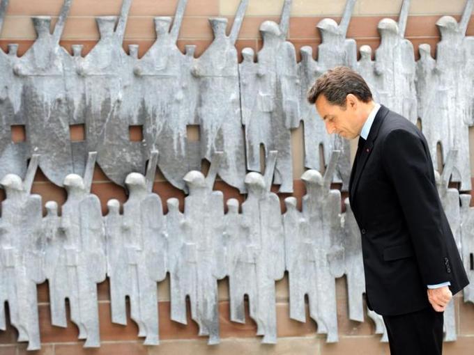 Nicolas Sarkozy s'est dans un premier temps recueilli, samedi, au pied du monument à la gloire de la 1re Armée et à la mémoire du général de Lattre de Tassigny, le libérateur de la ville.