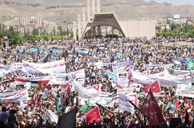 Des dizaines de milliers de Yéménites ont manifesté mardi à Sanaa contre le raid meurtrier. Brandissant des drapeaux turcs et palestiniens, ainsi que des portraits du premier ministre turc Recep Tayyip Erdogan, les manifestants scandaient