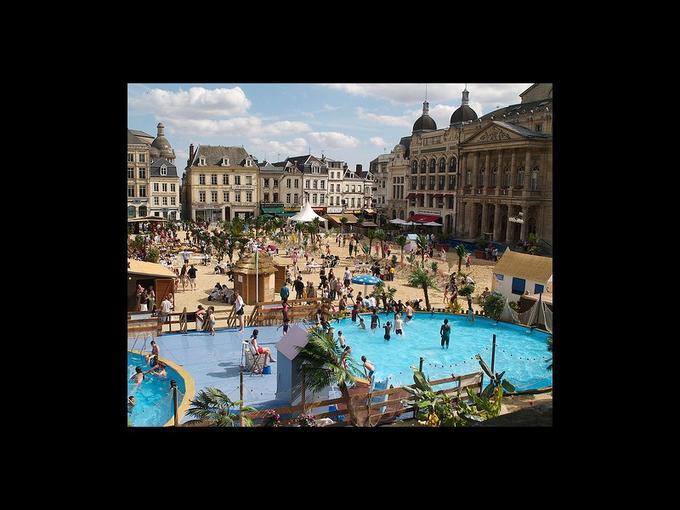 Les «Plages de Saint-Quentin» battent leur plein depuis le 3 juillet. La ville de Saint-Quentin, dans l'Aisne, revendique l'invention du concept de plage urbaine. Et ce, dès 1996. La manifestation picarde en est donc à sa 15e édition ! En tant qu'adjoint au maire de Saint-Quentin en charge de l'animation, le secrétaire général de l'UMP Xavier Bertrand est à l'origine du concept. «J'avais protégé le nom 'Plage de l'Hôtel-de-Ville' mais pas l'idée, cela aurait été stupide. Il aurait été dommage que seuls les Saint-Quentinois puissent en profiter», a-t-il déclaré, dans un entretien accordé à France Soir en 2009.