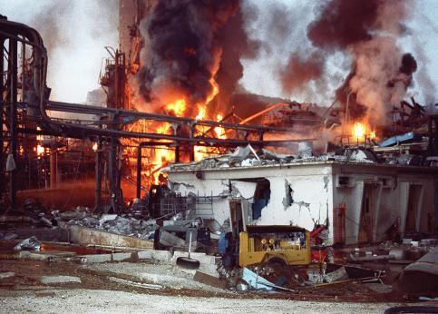 9 novembre 1992 : A 5h20 du matin, à la raffinerie de Provence de Total à la Mède, dans les Bouches-du-Rhône, une brèche provenant de la vaporisation d'un mélange d'essence et de gaz crée un nuage gazeux d'hydrocarbure qui s'enflamme. L'explosion qui s'en suit est perçue jusqu'à Marseille. Sur les huit membres de l'équipe présents, six meurent sur le coup.
