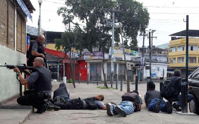 Les quartiers pauvres du nord et de l'ouest de Rio de Janeiro sont le théâtre de violents heurts entre les forces de l'ordre et les narcotrafiquants depuis dimanche. Ce jour-là, les gangsters ont lancé des attaques dans Rio pour protester contre la police pacificatrice (