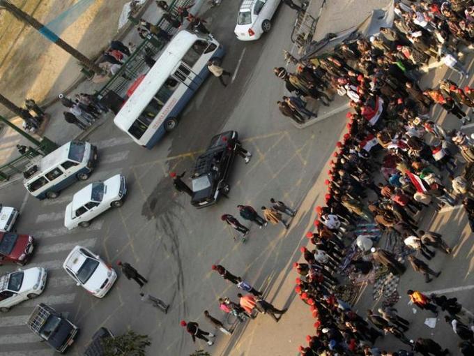 Pour la première fois depuis le début du soulèvement le 25 janvier, la circulation automobile a repris dimanche matin sur la place Tahrir dans le centre du Caire, lieu emblématique de la révolte qui a abouti vendredi au départ du président égyptien Hosni Moubarak.