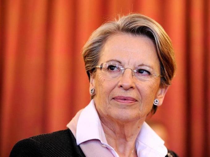 La ministre des Affaires étrangères, <b>Michèle Alliot-Marie</b>, au centre de la polémique après ses vacances passées en Tunisie fin 2010, au début du soulèvement contre Ben Ali, se voit contrainte de présenter sa démission. Son départ intervient alors que la diplomatie française est sous le feu des critiques.