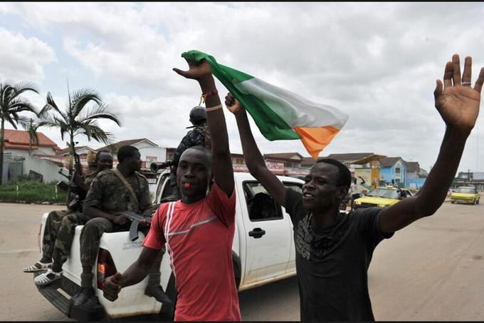 Dans le quartier d'Angré, des habitants saluent l'arrestation de Laurent Gbagbo.