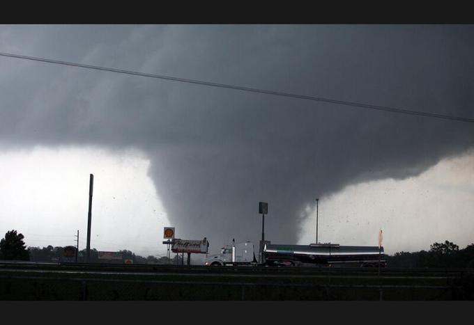 Près de 300 tornades ont été enregistrées depuis le début des tempêtes vendredi dernier, dont 130 mercredi. Ici, dans le ciel de Tuscaloosa, en Alabama. Dans ce seul État, au moins 204 personnes ont été tuées.