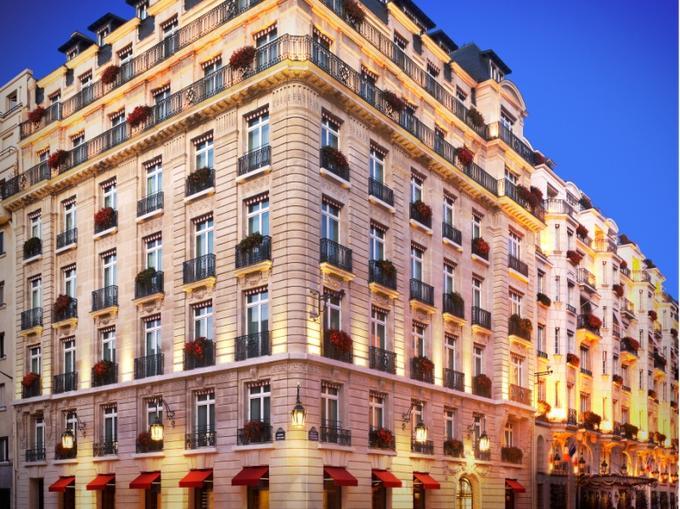 À Paris, quatre établissements entrent dans le cercle très fermé des palaces. <br/><br/>Le Bristol, rue du Faubourg Saint-Honoré, a ouvert ses portes en 1925. Nommé ainsi en hommage au grand voyageur britannique le Comte de Bristol, l'hôtel est devenu la résidence officielle des ressortissants américains à Paris. Depuis 1978, il appartient au groupe familial allemand Oetker. En 2009, l'hôtel a ouvert une nouvelle aile et continue de rénover, une par une, ses 187 chambres de style XVIIIe dont 87 suites. Il compte également deux restaurants et un bar. <br/><br/>Didier Le Calvez, patron de l'hôtel, s'est réjoui d'avoir obtenu cette distinction qui représente « un plus pour faire valoir un savoir-faire français d'exception ». « Cela va valoriser notre hôtellerie et inciter des propriétaires à investir pour élever encore la qualité de l'hôtellerie française », a-t-il ajouté.