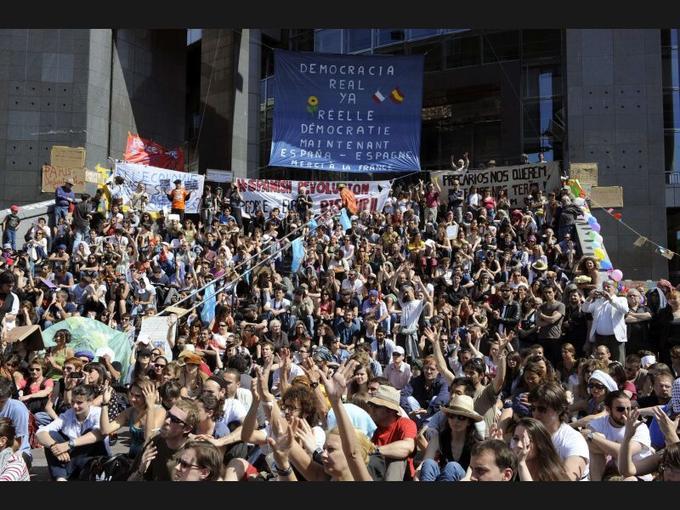 A l'image des «indignés» espagnols, un millier de personnes, essentiellement des jeunes, se sont rassemblées dimanche place de la Bastille à Paris pour soutenir l'occupation de la Puerta del Sol à Madrid. Les manifestants se sont retrouvés sur les marches de l'Opéra dans une ambiance d'assemblée générale permanente, au milieu d'une forêt de banderoles et pancartes : «Le partage sauvera le monde», «Nous ne voulons pas la lune. Démocratie!», ou encore «Si vous nous empêchez de rêver, nous vous empêcherons de dormir», pouvait-on par exemple lire.