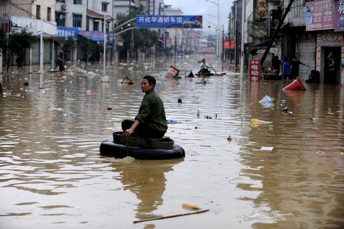 Les inondations provoquées par des averses torrentielles dans le centre et le sud de la Chine ont entraîné l'évacuation de plus d'un million de personnes depuis le 9 juin, selon les autorités chinoises. Ici à Kaihua, dans l'est de la province du Zhejiang, les habitants essaient de se frayer un chemin le long d'une rue inondée.