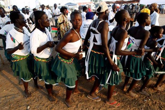 Samedi à minuit, la République du Soudan du Sud est devenue officiellement le 193e État de la communauté internationale et le 54e pays du continent africain. Dès le petit matin, des Sud-Soudanais enthousiastes ont afflué en chantant et en agitant des drapeaux vers le lieu des cérémonies à Juba. La nouvelle capitale, au bord du Nil Blanc, avait été placée sous haute sécurité.