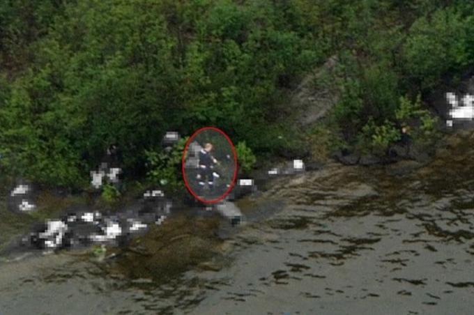 L'image de l'agresseur présumé sur l'île d'Utøya prise par l'équipe de télévision de la chaîne NRK, à bord d'un hélicoptère.