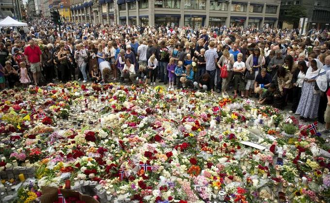 La famille royale norvégienne, le premier ministre Jens Stoltenberg ainsi que de nombreux anonymes ont pris part dimanche à Oslo à une cérémonie d'hommage aux victimes des deux attentats qui ont touche la Norvège.