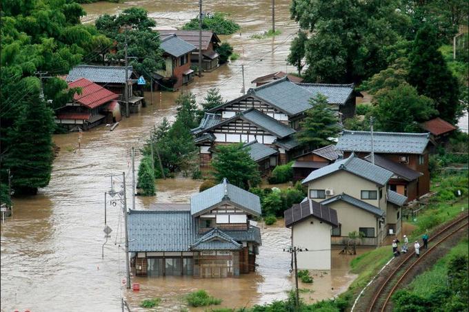 De violentes pluies s'abattent sur le nord du Japon depuis le milieu de la semaine. Samedi, les autorités locales de la région montagneuse de Niigata et de Fukushima, déjà frappé par le tsunami et la catastrophe nucléaire, ont recommandé à près de 300.000 habitants d'évacuer la région après une alerte maximum de la météo annonçant l'arrivée de nouvelles intempéries.
