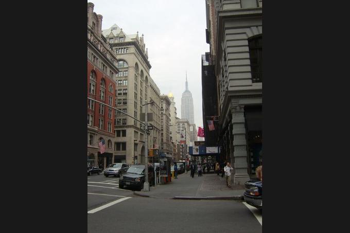 <b>La 5ème Avenue</b> - L'artère new-yorkaise conserve la tête du classement des rues commerçantes les plus chères du monde pour la dixième année consécutive. La valeur locative des emplacements a grimpé de 21,6% en douze mois pour atteindre 16.704 euros par mètre carré et par an.
