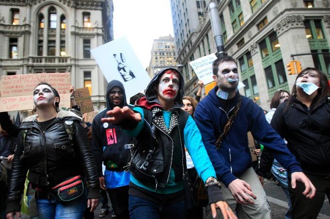 Les manifestants qui conspuent Wall Street depuis deux semaines sous les fenêtres du sanctuaire de la finance mondiale continuaient mardi à exprimer leur colère face au système financier.