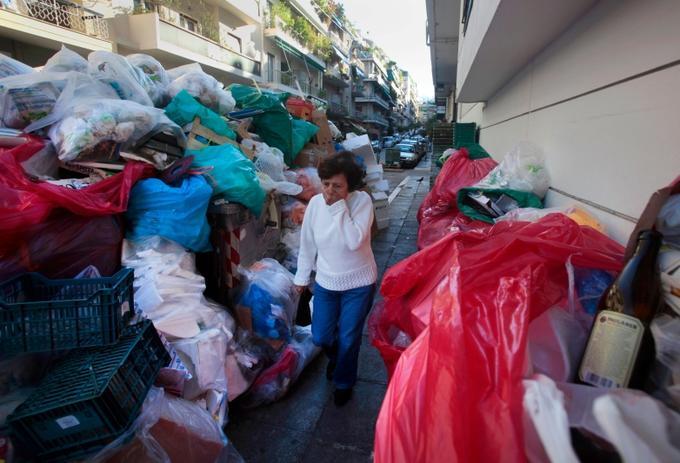 Les éboueurs participent au mouvement de grève générale dans plusieurs villes de Grèce. A Athènes, les 7000 tonnes d'ordures produites par jour ne sont plus ramassées.