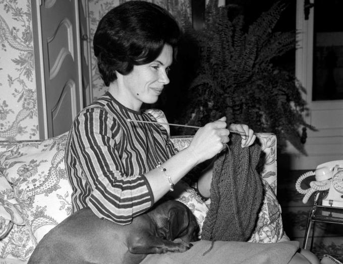 Née le 29 octobre 1924 à Verdun (Meuse), dans une famille ancrée à gauche, Danielle Gouze rejoint la Résistance à 17 ans dans une France occupée par les divisions du IIIe Reich. À Cluny, où se sont réfugiés ses parents, elle rencontre le capitaine «Morland», alias François Mitterrand, recherché par la Gestapo. Elle l'épouse à Paris en octobre 1944. Elle est ici photographiée au domicile conjugal parisien en 1965.