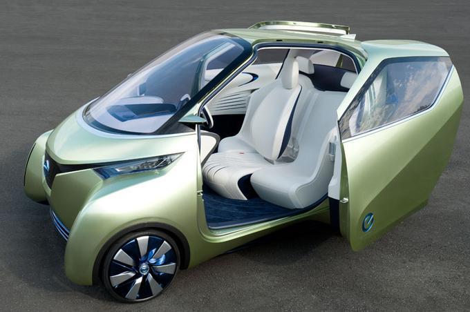 <b>NISSAN PIVO 3</b> Friands de voitures urbaines, les Japonais explorent les mini à 2 ou 3 places inferieures à 3 mètres de long. Le Pivo, ainsi nommé parce qu'il tourne sur lui meme, aligne ses passagers selon le schéma 1 + 2. L'originalité réside dans ses roues à jante fine équipées de moteurs électriques (IWM). Celles-ci braquent selon des angles inhabituels tout en assurant la traction. Rayon de braquage de 2 mètres, capacité à se faufiler dans les chausse trappes de la ville et d'aller se garer seule, dans un garage équipé après que le conducteur l'a abandonnée devant l'entrée, Pivo a fait la joie de Carlos Ghosn, posant volontiers a son volant.  Reste à savoir quand pourra être commercialisé cet engin hors normes.