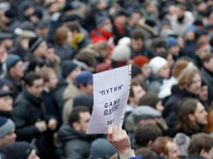 La Russie a été balayée samedi par une mobilisation sans précédent depuis l'arrivée de Vladimir Poutine au pouvoir en 2000. À Moscou, à Saint-Pétersbourg et dans des dizaines d'autres villes, les manifestants ont contesté la victoire aux élections législatives du 4 décembre du parti de l'actuel premier ministre, qui a annoncé intention de revenir au Kremlin en mars prochain.