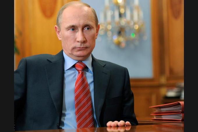 <b>Vladimir Poutine-</b> Le premier ministre compte bien retrouver la présidence russe, qu'il avait occupée de 2000 à 2008.  En cas de victoire, son dauphin Dmitri Medvedev sera premier ministre et la présidence de ce dernier n'aura été qu'une parenthèse permettant à Poutine de briguer un troisième mandat sans violer la Constitution qui interdit d'effectuer plus de deux mandats consécutifs. Ce plan bien rodé n'avait pas anticipé les manifestations de l'opposition qui allait suivre les résultats des élections législatives. Si Poutine reste populaire dans de larges pans de la société russe, la contestation, d'une ampleur sans précédent, représente bel et bien un désaveu pour l'ex-agent du KGB et son parti Russie Unie.