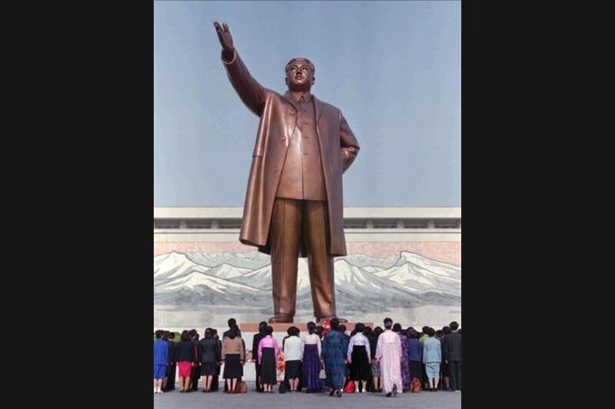 Le culte de la personnalité a commencé avec le fondateur de la dictature nord-coréenne, Kim Il-sung, dont l'anniversaire marque aussi le début du calendrier administratif. De nombreux Nord-coréens viennent encore régulièrement rendre hommage au «Grand dirigeant» devant sa statue en bronze de 18 mètres de haut à Pyongyang (ici en avril 1995). Une statue similaire de son fils Kim Jong-il aurait aussi été érigée et dévoilée récemment au peuple mais aucune image officielle de l'édifice n'a encore filtré hors du pays.
