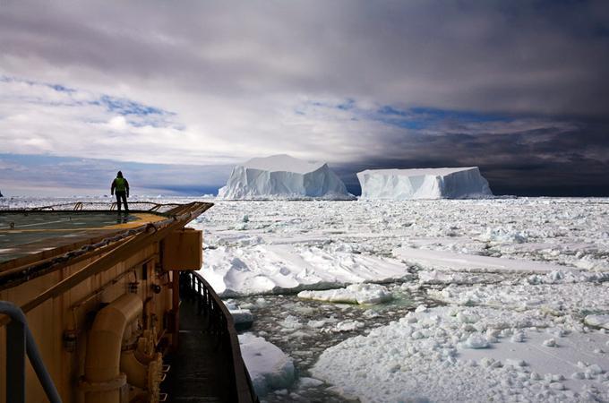 Tour de contrôle. Cet homme, immobilisé sur le pont du bateau, veille. Car dans cet univers hostile près de l'île Franklin en Antarctique où les températures sont proches des -50°C, tout peut basculer d'une minute à l'autre. Alors, Il observe sans relâche afin d'éviter qu'un iceberg mortel coupe la coque du navire. Un drame qui ne laisserait aucune chance à l'équipage.