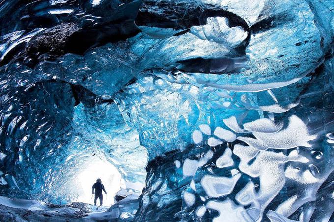 <b>Galerie des glaces</b>. Celle-ci a été creusée par les eaux d'écoulement du plus grand glacier d'Islande et d'Europe, Le Vatnajökull, qui s'étend sur plus de 8000 kilomètres carrés dans le sud-est de l'île. Mais il est beaucoup plus dangereux de s'y aventurer que sur les parquets cirés de Versailles et il est fortement déconseillé de le faire au printemps, lorsque ses parois fondent et menacent à tout  instant de s'effondrer. Le photographe amateur islandais qui a pris ce cliché avait donc prudemment planifié son expédition en décembre. Mais sans être à l'abri pour autant d'une inondation brutale, déclenchée par l'un des sept volcans– dont deux terriblement actifs – qui bouillonnent dans les entrailles de ce gigantesque glacier.