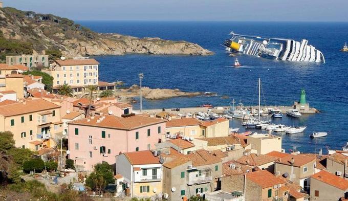 Le navire de croisière Costa Concordia s'est échoué sur un rocher en face de l'île du Giglio, en Toscane (Italie), dans la nuit de vendredi à samedi. Il effectuait un circuit en Méditerranée lorsqu'il aurait heurté un rocher, au moment du dîner.