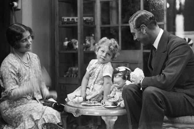 <b>1926 </b>: Elizabeth Alexandra Mary voit le jour le 21 avril. Rien ne la prédestine, alors, à régner sur le Royaume-Uni et son empire. Elle est en effet la fille d'Albert duc d'York, second fils du roi George V. L'héritier du trône est le prince de Galles, le futur Edward VIII. Elizabeth, dite Lilibeth, et sa cadette Margaret grandissent dans une demeure de Picadilly à Londres et sont éduquées à la maison par des gouvernantes portées sur la frugalité. Certains voient dans cette enfance, passée hors de Buckingham palace, l'origine du sens du devoir de la reine et de sa discrétion.<br/>Photo : Elizabeth avec ses parents en 1929
