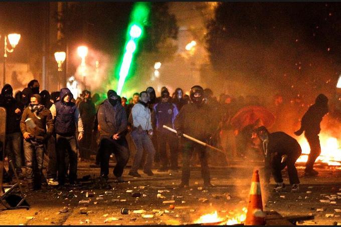 Un climat de guérilla urbaine d'une rare intensité a saisi la capitale grecque dimanche alors que des députés votaient les nouvelles mesures d'austérité, réclamées par les créanciers du pays.