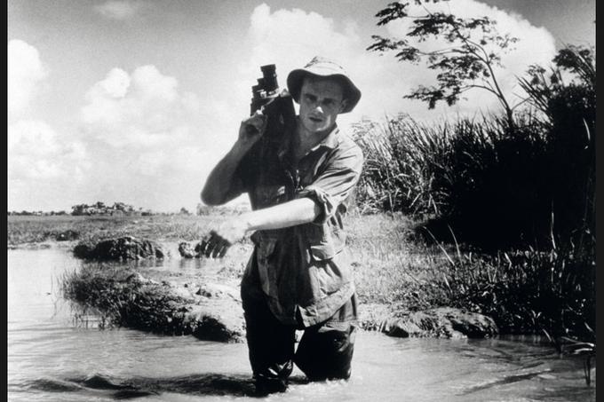 <b>Adieu, camarade.</b> «La caméra est au cinéaste ce que le fusil est au soldat : une arme », avait coutume de dire Pierre Schoendoerffer. Cette arme pacifique, il sut la manier comme personne pour montrer, raconter et sublimer les blessures de l'armée française pendant et après les guerres d'Indochine et d'Algérie : <i>La 317e Section</i>, <i>Le Crabe-Tambour</i>, <i>L'Honneur d'un capitaine</i>, <i>Diên Biên Phu</i>…<br/>Mort à 83ans, le cinéaste et écrivain a été enterré lundi au terme d'une cérémonie dans la cour d'honneur des Invalides présidée par le premier ministre, François Fillon. Un 19 mars. Quarante huit ans plus tôt, il sautait en parachute dans la cuvette de Diên Biên Phu pour filmer, caméra à l'épaule, l'ultime et héroïque geste du corps expéditionnaire français en Indochine. Un 19 mars…