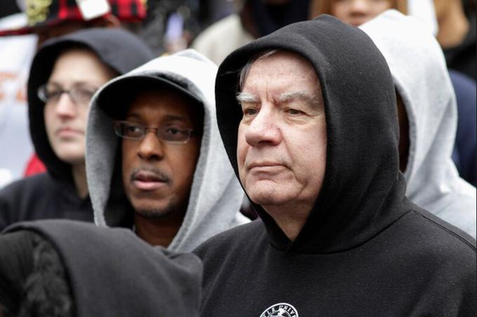 Des manifestants portant des capuches se sont rassemblés ces derniers jours dans plusieurs grandes villes des États-Unis pour réclamer l'arrestation du tueur, George Zimmerman. Ce dernier n'a en effet pas été inquiété, ayant invoqué la légitime défense. Ici un rassemblement à Seattle, le 28 mars