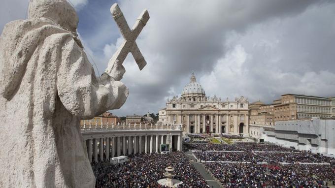 Devant une place Saint-Pierre noire de monde, le pape François a célébré dimanche la messe de Pâques.
