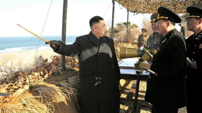 Le 25 mars, le leader nord-coréen Kim Jong-un procède à une inspection des installations militaires côtières.