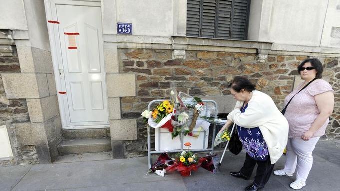 Des voisins, devant la maison nantaise des Dupont de Ligonnès.