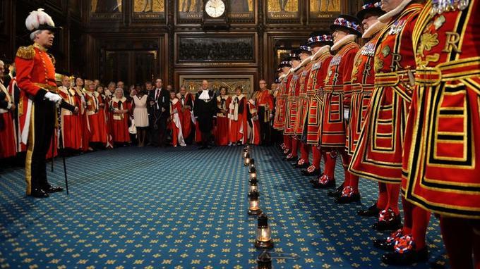Avant le discours de la reine, les gardes royaux, équipés de lanternes, inspectent les greniers du palais de Westminster pour vérifier qu'il n'y a pas de poudre à canon.
