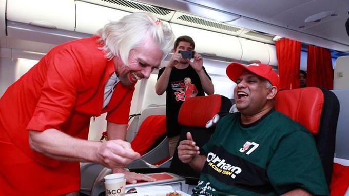 Le perdant du pari assure le service auprès du gagnant qui dirige une compagnie concurrente Air Asia.
