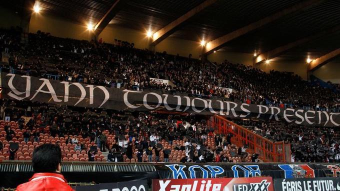 En avril 2010, les supporteurs du Parc des Princes déploient une banderole en l'honneur de Yann Lorence.