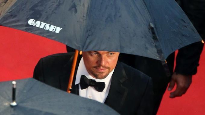 Leonardo DiCaprio, sous la pluie, à l'ouverture du 66e Festival de Cannes, lors de la première du film <i>Gatsby le Magnifique.</i>