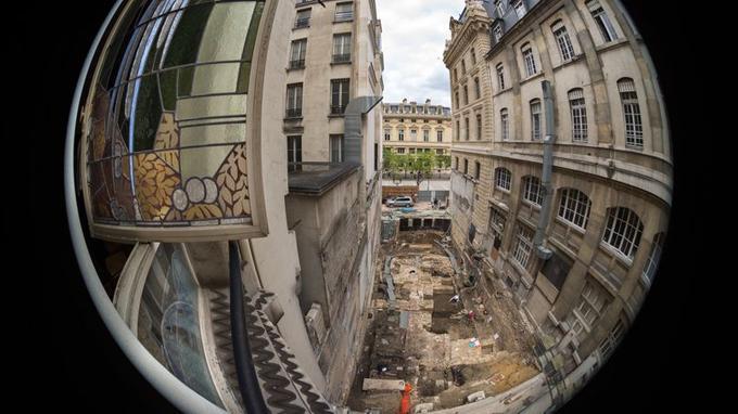 Depuis la mi-avril, des archéologues fouillent sur le site de la Préfecture de police de Paris, au beau milieu de l'île de la Cité.