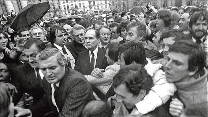 François Mitterrand traverse la foule, le 21 mai 1981, à Paris, entouré de Roland Dumas, Pierre Mauroy et Lionel Jospin à sa sortie du Panthéon où il est venu déposer une rose sur la tombe de Jean Moulin, au premier jour de son investiture.