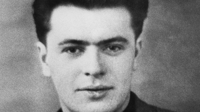 Né en 1928 à Cartignies, dans le Nord, Pierre Mauroy est fils d'instituteur et petit-fils de bûcheron. Il est éduqué dans le culte de Jean Jaurès et Jules Guesde et adhère à 16 ans aux jeunesses socialistes. Il prend la tête du mouvement en 1955.