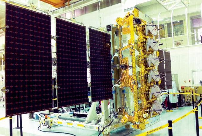 Les panneaux solaires d'un satellite, en mode déployé.