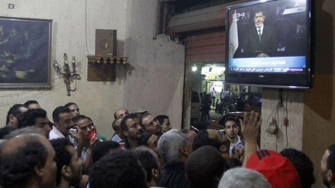 Des anti-Morsi suivent le discours télévisé de Mohammed Morsi. Sur un ton combatif, le président islamiste a rappelé qu'il avait été «choisi par le peuple lors d'élections libres et équitables».