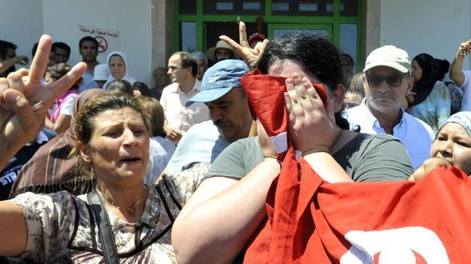 La foule réunie devant l'hôpital où a été emmené l'opposant Brahmi.